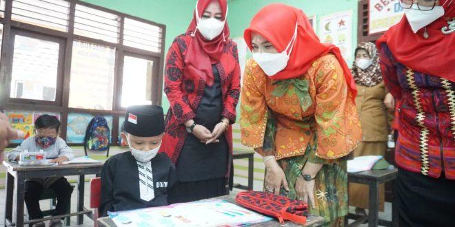Bunda Winarni Pantau Uji Coba Sekolah Tatap Muka di TK Negeri Pembina dan TK Masjid Agung Kalianda