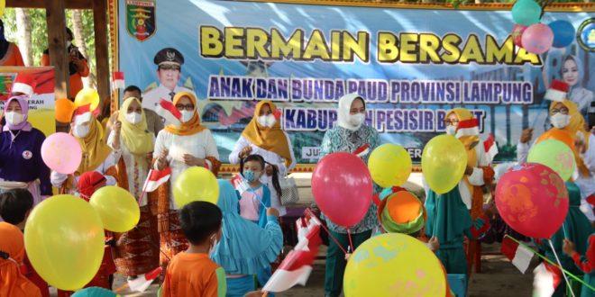 Bunda PAUD Provinsi Lampung Bermain Bersama Anak-Anak PAUD di Kabupaten Pesisir Barat